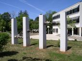Spomenik ispred škole